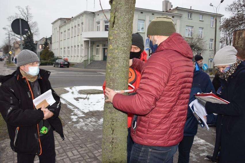 Dominik Księski (z lewej) podczas wizji lokalnej na ulicy...