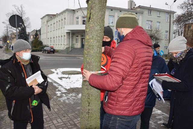 Dominik Księski (z lewej) podczas wizji lokalnej na ulicy 70-lecia w Żninie. Na kolejnych zdjęciach wygląd aktualny odcinka, o którym mowa, a także pismo, które prezes FDL wysłał do RDOŚ w Bydgoszczy.