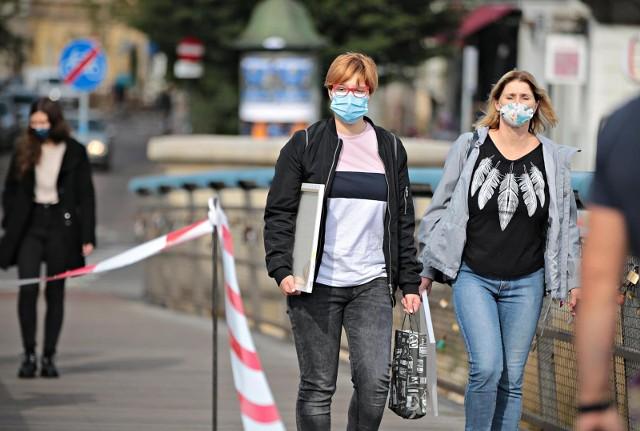 Kiedy koniec z maseczkami? Zdaniem kolejnych ekspertów nakaz noszenia maseczek na świeżym powietrzu jest zbędny, bo na zewnątrz ryzyko zakażenia się koronawirusem jest dużo mniejsze. Minister zdrowia, Adam Niedzielski zapowiada, że decyzje w tej sprawie zostaną ogłoszone w przyszłym tygodniu.Szczegóły przeczytasz na kolejnych stronach ---->