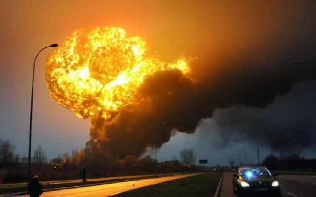 Pożar cystern w Białymstoku.Grzyb ognia niczym po wybuchu bomby atomowej.  Tak wyglądało niebo nad Hetmańską, gdy eksplodowała cysterna. Poniedziałek, tuż po godzinie 7.