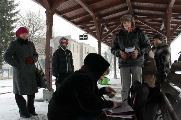 - Szynobusem z Brzegu do Nysy jeździ bardzo dużo ludzi - mówili wczoraj pasażerowie z Grodkowa i  podpisywali się pod apelem przeciw planom likwidacji tych połączeń. (fot. Jarosław Staśkiewicz)