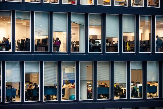 Niektórym praca wciąż kojarzy się z biurem, własnym biurkiem i tonami dokumentów poukładanych w segregatorach na regale.
