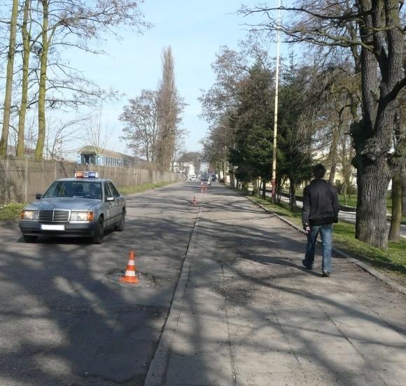 Na ulicy Barnima, zamiast szybko zlikwidować niebezpieczne dziury w jezdni, powtykano w nie pachołki. To jednak nie rozwiązuje problemu, o czym zarządca drogi powinien przecież wiedzieć.