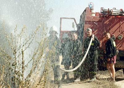 Strażacy ochotnicy dogaszają pożar między Bronowicami a Wielisławicami