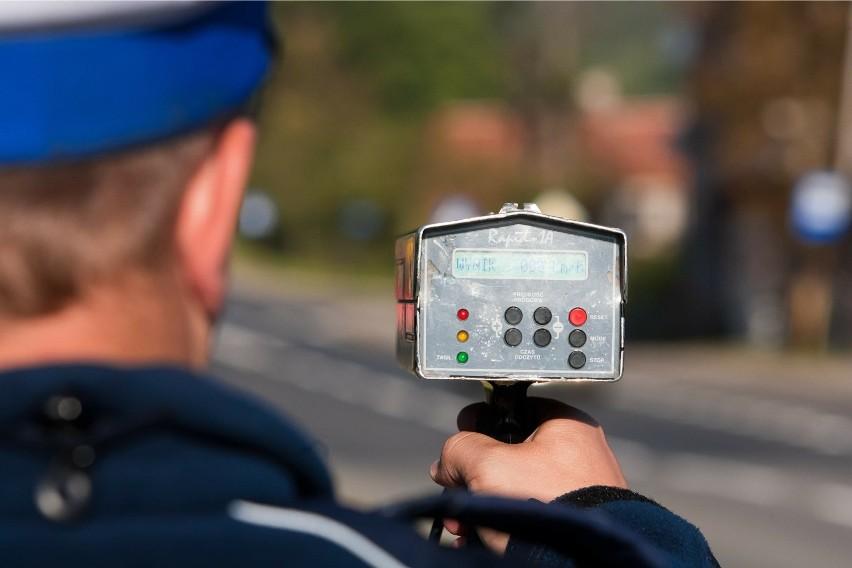W poniedziałek 22 września na drodze w miejscowości Łążyn policjanci zatrzymali do kontroli mężczyznę jadącego motorowerem. Miał 3,8 promila alkoholu. Na szczęście został wyeliminowany z ruchu, nim doszło do jakiejś tragedii. Niestety cały czas na drogach naszego regionu są kierowcy, którzy zasiadają za przysłowiowym kółkiem, mając we krwi tyle promili, że ociera się to o dawkę uważaną za śmiertelną.CZYTAJ WIĘCEJ NA KOLEJNYCH SLAJDACH >>>