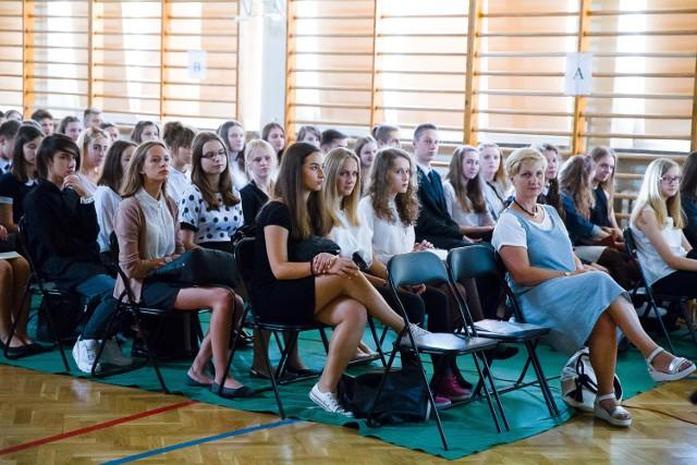 W całej Polsce uczniowie rozpoczęli dzisiaj nowy rok szkolny. Uroczystości z tej okazji odbyły się między innymi w II i III LO w Białymstoku. Nasz fotoreporter był na miejscu.