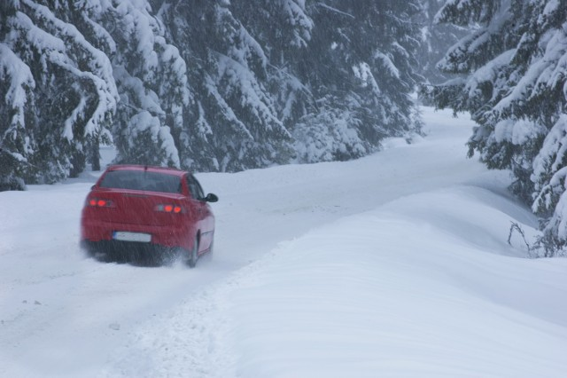 Padający śnieg i deszcz ze śniegiem utrudniają kierowcom życie.