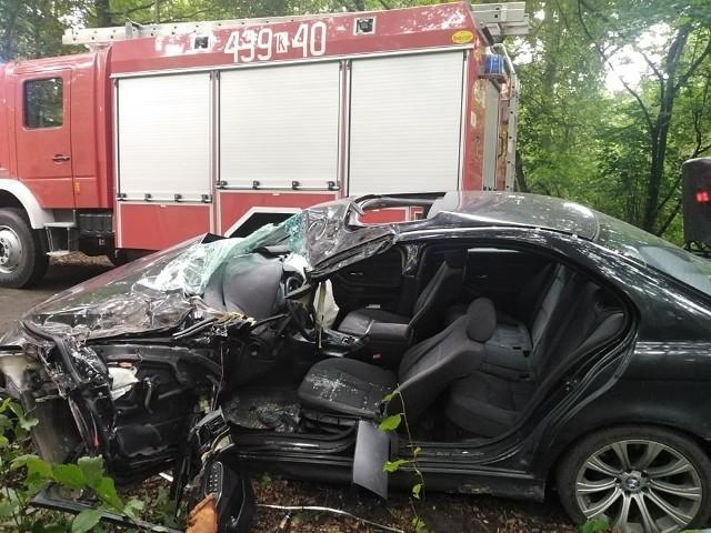 18-latek był uwięziony w pojeździe. Strażacy musieli użyć narzędzi hydraulicznych, aby go wydostać z samochodu