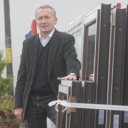 - Skoro tu żyję, to staram się pomagać tym, którzy są w pobliżu - mówi Mirosław Urbanowicz, właściciel fabryki okien w Kłodawie.