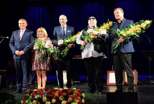 Prezydent miasta Tadeusz Truskolaski (pierwszy z lewej) wręczył swoje nagrody artystyczne za rok 2017. Klikając w następne zdjęcia, zobaczysz, kto przyszedł na uroczystość, kto dostał 17 tys. zł (brutto) i usłyszysz fragmenty koncertu Grzegorza Turnaua.