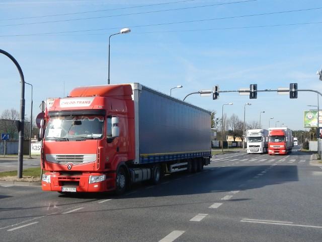 Praca kierowcy ciężarówki jest trudna i niebezpieczna. Kierowcy są często przemęczeni, a to grozi wypadkiem
