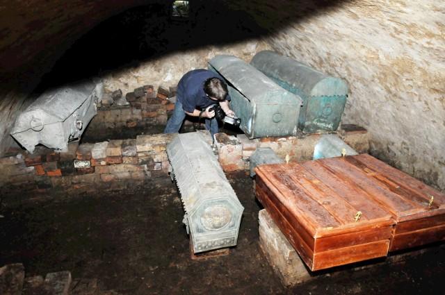 W regionie mamy wiele tajemniczych, niedostępnych miejsc. To nie tylko obiekty o znaczeniu historycznym, jak bunkry, schrony, opuszczone pałace, czy krypty starych kościołów. Zastanawialiście się kiedyś, jak wygląda strzelnica w komendzie policji? Albo w jakich warunkach pracują górnicy w kopalniach KGHM? A może chcielibyście zajrzeć do zajezdni MZK w Gorzowie? Z naszym obiektywem byliśmy nawet w sali operacyjnej. Zapraszamy na niezwykłą podróż po miejscach, do których nie wszyscy i nie zawsze mają dostęp.To zdjęcie wykonano w kryptach kościoła w Świdnicy. W 2009 r. była tam organizowana jedna z edycji Foto Day.Zobacz też:  Bunkry w okolicy Czerwieńska gotowe do zwiedzania!