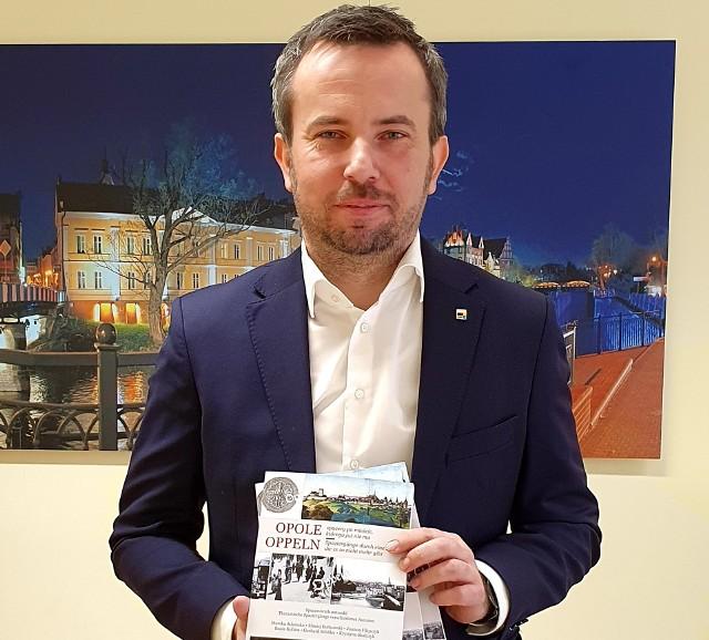 """Nowe wydanie """"Spacerownika"""" prezentuje lider TSKN Rafał Bartek."""