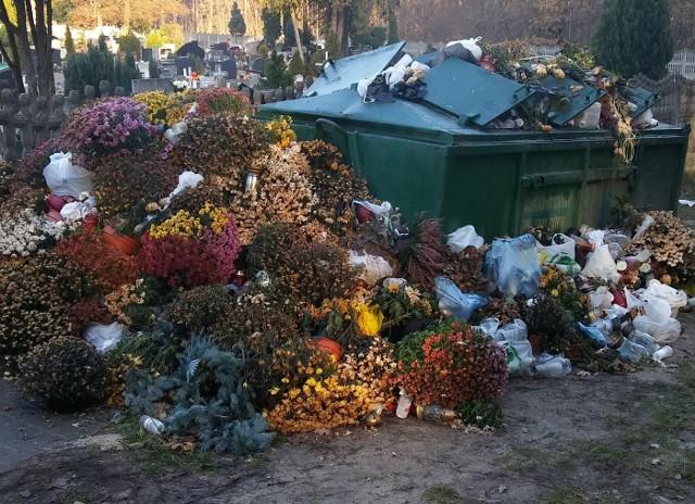 To zdjęcie zrobił nasz Czytelnik. Tak wygląda śmietnik przy cmentarzu w Zielonej Górze Zawadzie 20 dni po Święcie Zmarłych.