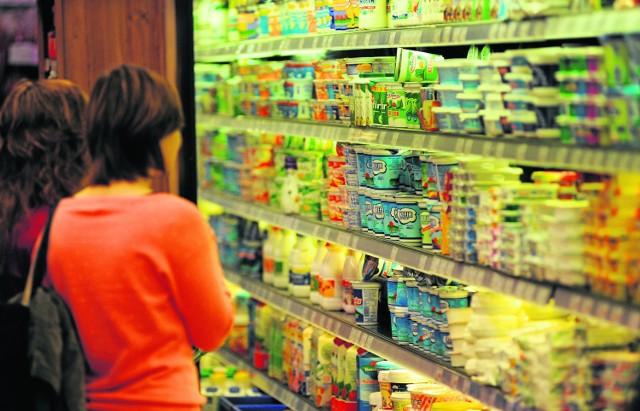 Zanim włożysz produkty do koszyka, szczególnie przeznaczone do konsumpcji, obejrzyj je dokładnie i sprawdź terminy, w jakich bezpiecznie możemy je spożywać bez narażania na szwank naszego zdrowia