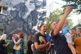 Mural Ryśka Riedla w Tychach jest rewelacyjny. Wstęgę przecinał syn, Sebastian Riedel, lider zespołu Cree. Zobaczcie zdjęcia