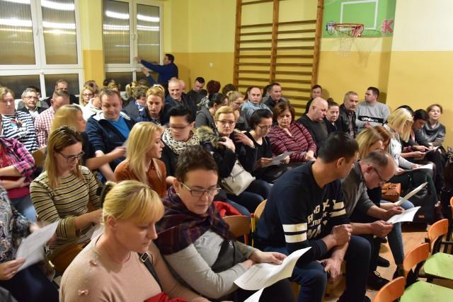 Wczoraj w SP w Węgiersku zorganizowano spotkanie w sprawie planów gminy co do reorganizacji szkół. Rodzice uczniów i pracownicy placówki uważają, że to pierwszy krok do likwidacji szkół. Przygotowali petycję do urzędu i radnych w obronie szkoły