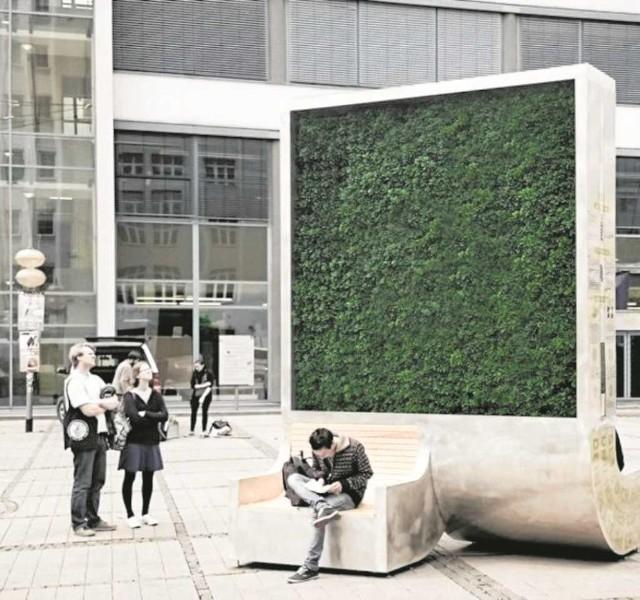 Panel z mchu będzie wysoki na 4 i szeroki na 3 metry. Na wiosnę ma pojawić się w okolicy Centrum Kongresowego. Zastąpi  275 drzew