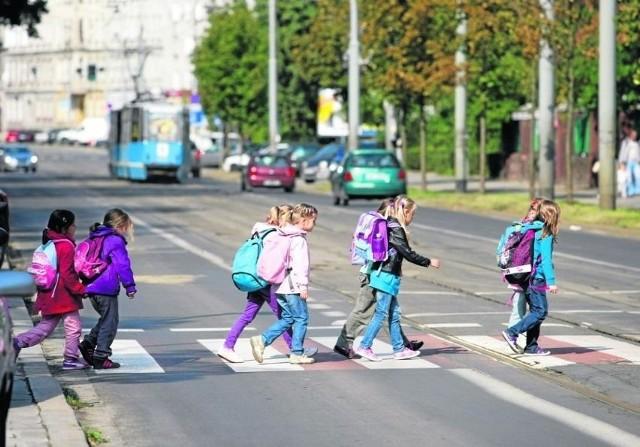 Wzmożony ruch samochodowy jest największym zagrożeniem dla dzieci idących do szkoły - tłumaczą urzędnicy