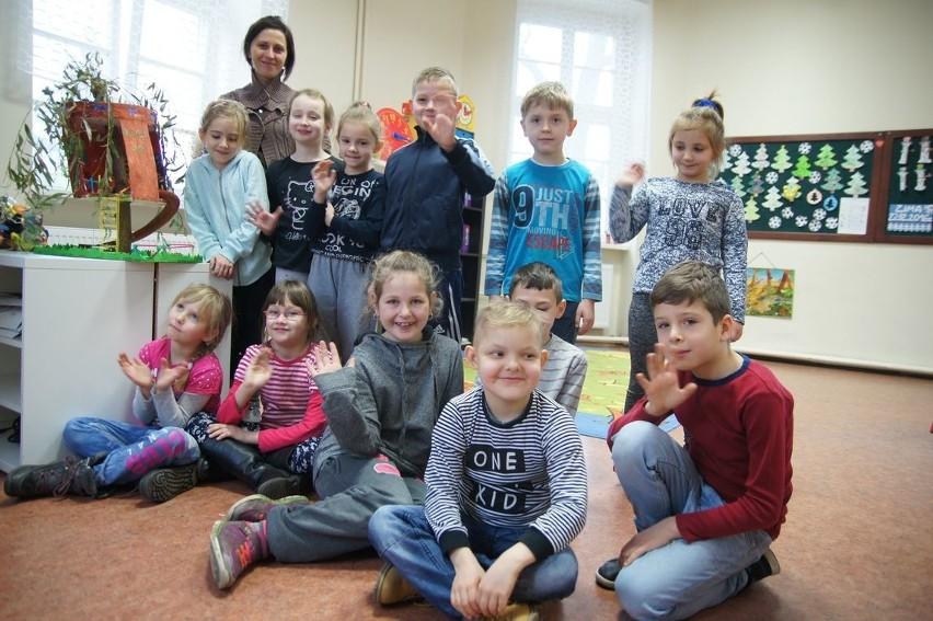Klasa IIb ze szkoły podstawowej w Kolsku życzy Czytelnikom wesołych świąt!