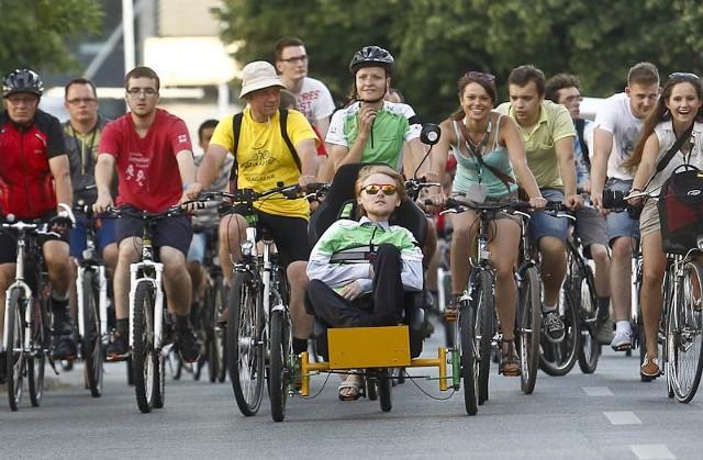 """Akcja """"Wstań i jedź"""" w Rzeszowie""""Wstań i jedź"""" to akcja Łukasz Krasonia. Przemierzając Polskę na rowerze, pokazał, że pomimo niepełnosprawności można być aktywnym."""