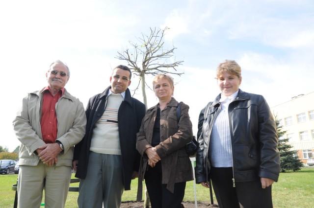 W podziękowaniu dawcom pacjenci z Opolszczyzny: Ryszard Mikolas (od lewej), Adam Łukasiewicz, Teresa Biela i Kazimiera Świtaj posadzili 6 października 2010 roku przed Wojewódzkim Centrum Medycznym w Opolu Drzewo Życia. Cała czwórka ma się dobrze.