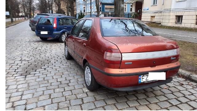Samochód fiat siena stoi w strefie płatnego parkowania na al. Niepodległości w centrum Zielonej Góry od miesięcy