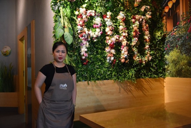 Lilly Tran serwuje w swoim lokalu własnoręcznie przygotowane dania. To na jest szefową kuchni w Pho by Lilly Tran.
