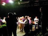 Seniorzy zagrali w teatrze, u boku zawodowych aktorów