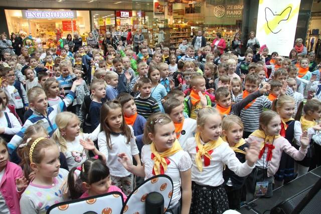 W lekcji na temat zdrowia i bezpieczeństwa, która odbyła się w Galerii Korona w Kielcach dzieci wzięły aktywny udział. Między innymi razem z policjantkami sterowały ruchem na skrzyżowaniu.