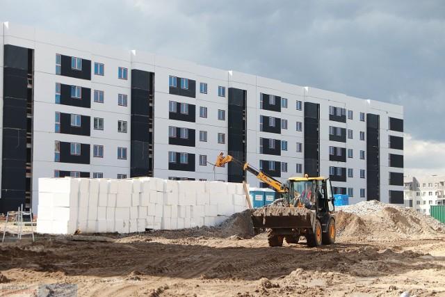 Tak wygląda budowa bloków przy ul. Celulozowej we Włocławku. Powstają tam mieszkania na wynajem