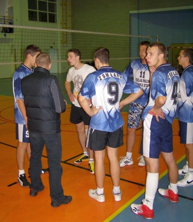 Siatkarze słuchają wskazówek trenera