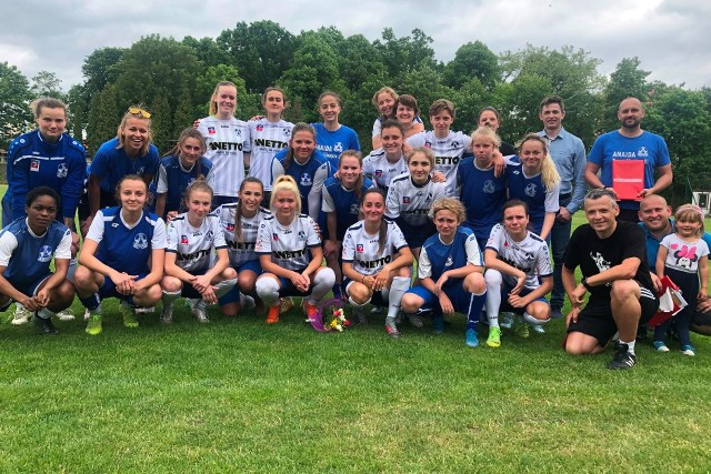Klubowe pożegnanie Roksany Ratajczyk (w dolnym rzędzie w środku w blond włosach)