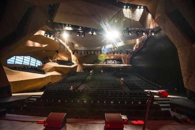 Nowoczesna sala koncertowa na Jordankach wyposażona jest w mobilne sufity. Dzięki temu można zmieniać akustykę pomieszczenia
