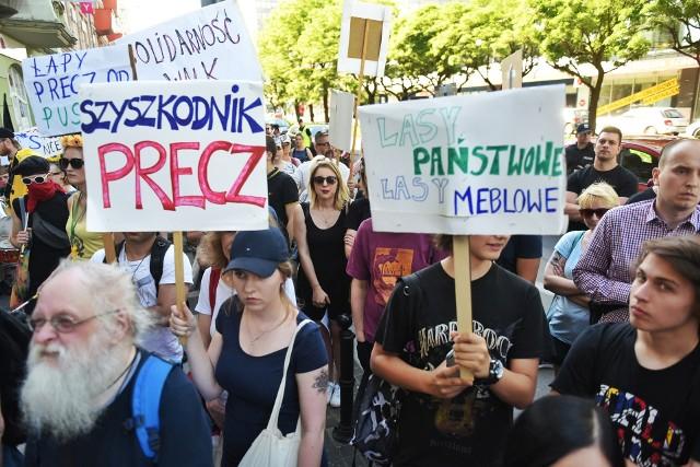 Manifestacja pod siedzibą PiS. Pikietują w obronie puszczy---------Zobacz też: Greenpeace kontra policja