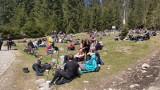Tatry. W Dolinie Chochołowskiej prawdziwe tłumy. Ludzie opalają się na polanach. Gigantyczna kolejka przed wejściem