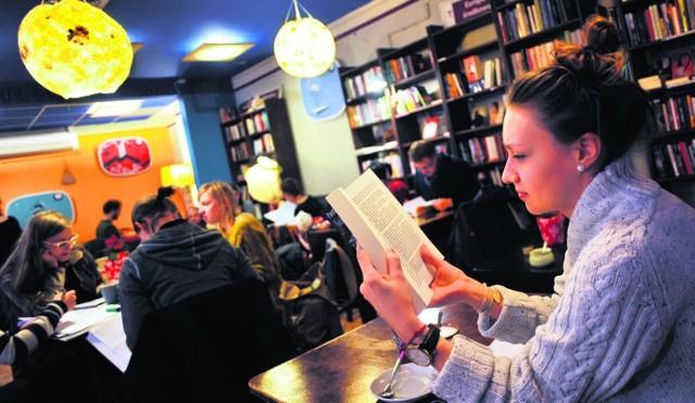 Studenci znajdującego się nieopodal Wydziału Germanistyki UW chętnie spędzają tu czas przy książce i pysznym serniku z wiśnią