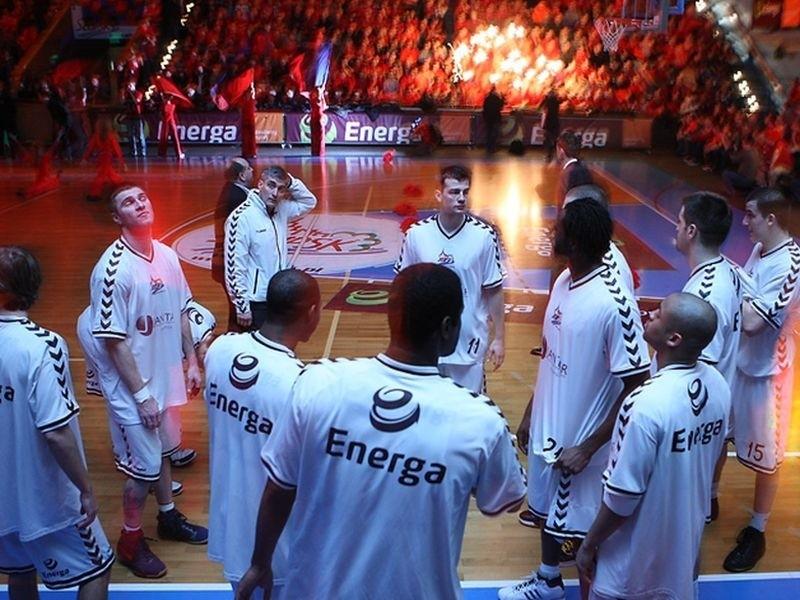 Trzeci mecz w pre play off pokazal, ze Energa Czarni znów wrócila do formy. Pokonala Basket 71:63 i w czwartek zagra w play off z Kotwicą Kolobrzeg.