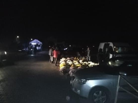 Mieszkańcy ruszyli na cmentarz w Jastrzębiu, aby zdążyć przed zamknięciem.