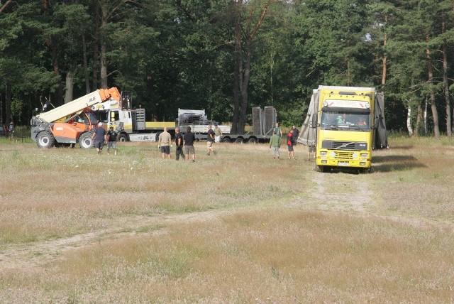 Zaczyna się rozładowywanie elementów, z których już niebawem zostanie zbudowana duża scena Przystanku Woodstock 2013.