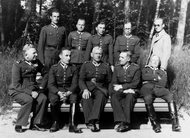 Mjr  Marian Weryński siedzi w pierwszym rzędzie, zaraz po lewej stronie. Odbitka tego zdjęcia znajduje się w archiwum jego rodziny