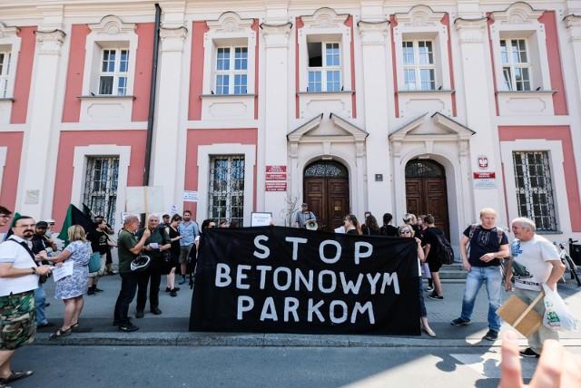 Kolektyw Kąpielisko protestował przeciw budowie w parku Kasprowicza toru wrotkarskiego i krytej pływalni.
