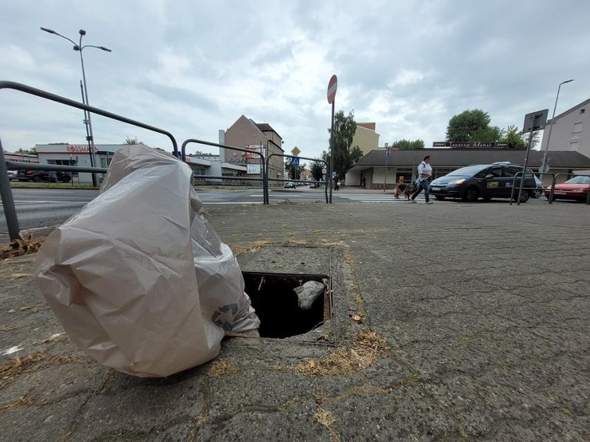 Duża dziura w chodniku przy pl. Dąbrowskiego w Słupsku.