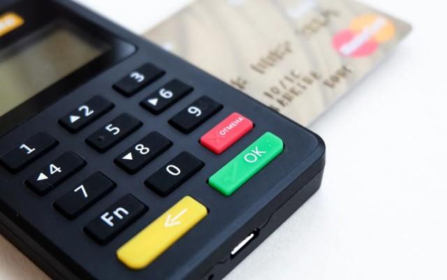 Koronawirus w sklepach. Płatność tylko kartą? Czy sprzedawca może zmusić do płatności kartą przez koronawirusa? Co z gotówką?