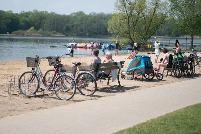 Mimo że dopiero 12 czerwca rozpocznie się sezon kąpielowy, który potrwa do 31 sierpnia, już teraz na poznańskich kąpieliskach można spotkać poznaniaków. Pierwsze upały zachęciły niektórych z nich do wybrania się nad Rusałkę. Wielu z nich póki co wybiera rower i spacery, ale znaleźli się też pierwsi amatorzy kąpieli. Podobnie było nad innymi poznańskimi akwenami. Przejdź do kolejnego zdjęcia --->