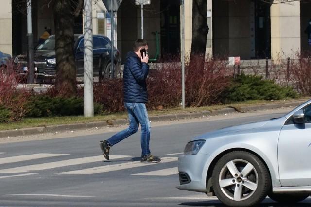 """W Kodeksie drogowym pojawił się nowy zapis, który w razie wypadku uznaje za okoliczność obciążającą pieszego rozproszenie spowodowane korzystaniem z """"urządzeń """"zaburzających prawidłową percepcję""""."""