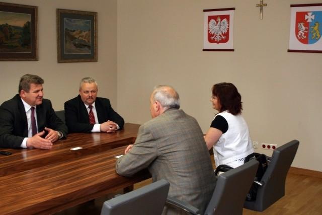 Konsul Honorowy RP w Kanadzie Zygmunt Potocki wraz z małżonką Wiesławą rozmaia z marszałkiem Zygmuntem Cholewińskim i wojewodą Mirosławem Karapytą.
