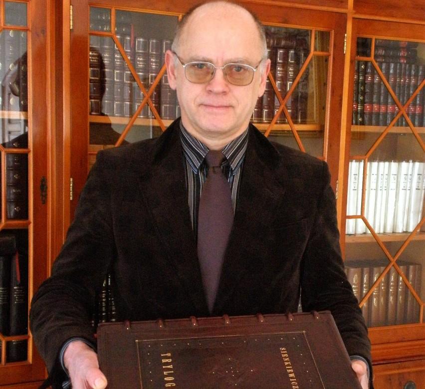 """Tuż przed wyjazdem na targi do Poznaniu Edward Ley zaprezentował największą książkę w Polsce - """"Trylogię"""", za którą firma zdobyła złoty medal."""