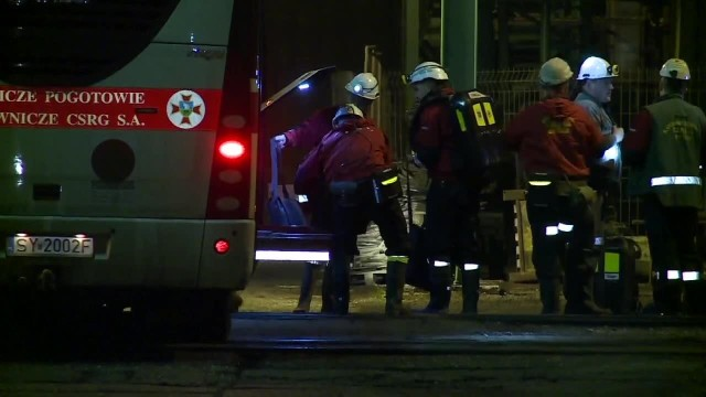 Wiadomo, że w zagrożonym rejonie jest 23 górników podzielonych na dwie drużyny. Pierwsza pracuje na ścianie, druga w chodniku. 22 z nich to Polacy pracujący w czeskiej kopalni. Rozpoczyna się akcja ratowniczaNA ŻYWO: KATASTROFA W KOPALNI W KARWINIE