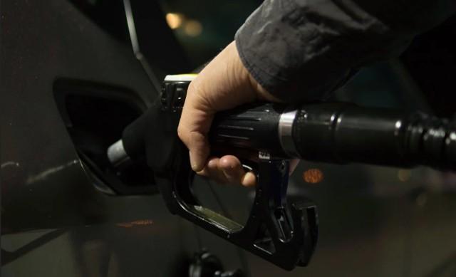 Ceny paliw idą w dół przez koronawirusa? Tanie tankowanie na stacjach paliw, Orlen obniża ceny